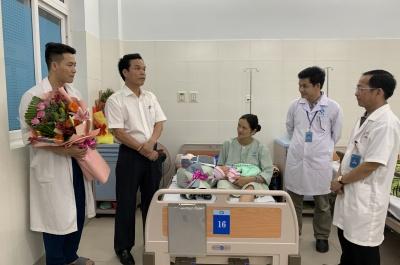 phó chủ tịch ubnd tỉnh đặng ngọc dũng tặng hoa mừng ca sinh thụ tinh nhân taọ đầu tiên thành công
